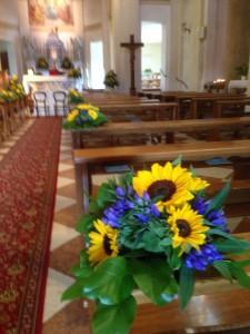 chiesa con girasoli e genziana