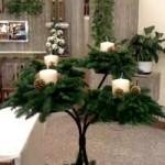 corona dell'avvento con pino, pigne e candele