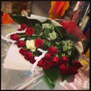 22 rose rosse e 1 bianche
