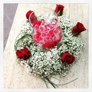centrotavola petali rossi e gypsophila