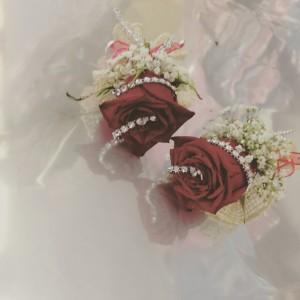 fiore occhiello con rose rosse