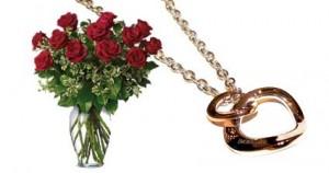 rose rosse e gioiello