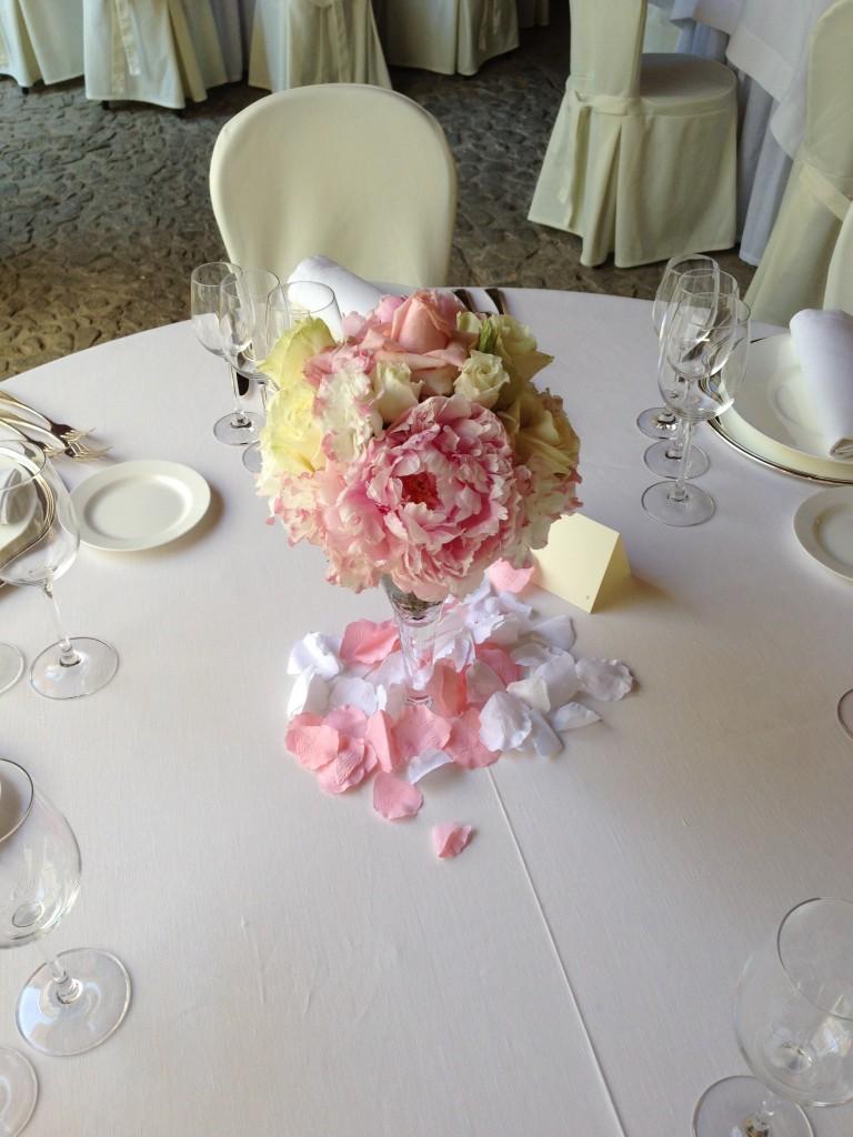 Matrimonio con petali di rosa