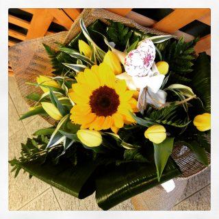 composizione di fiori con girasoli e tulipani