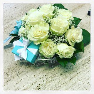 composizione con rose bianche e scatola Tiffany