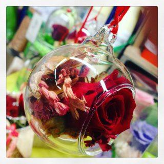 rosa rossa stabilizzata in sfera di vetro con potori da appendere all'albero