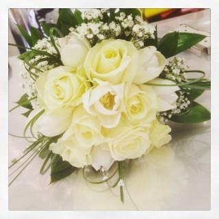 bouquet sposa con rose e tulipani bianchi