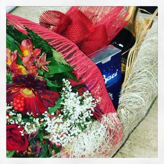 bouquet di rose rosse con cioccolatini Baci Perugina e bottiglia di spumante