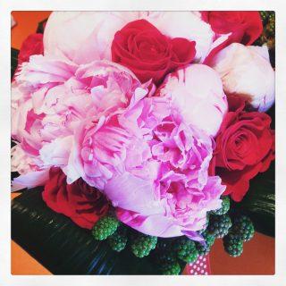 bouquet di peonie e rose rosse per anniversario dii matrimonio