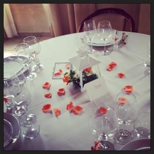 centrotavola con lanterna, rose arancio e lisianthus