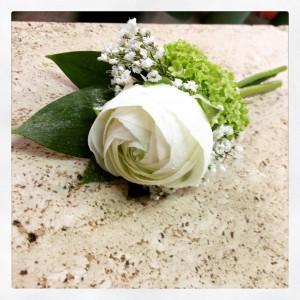 bottoniera o fiore occhiello con ranuncolo bianco