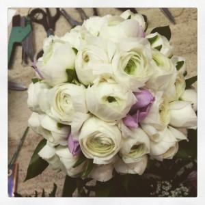 bouquet da sposa di ranuncoli bianchi