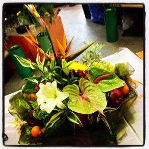 fiori e frutta in cesto
