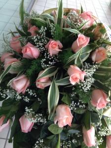 fiori funerale con rose rosa