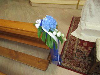 fiori corsia per un matrimonio bianco e blu