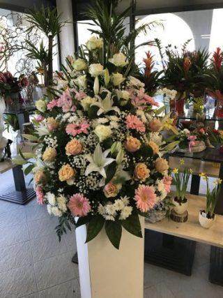 cesto funebre con rose, lilim e gerbere bianco e rosa