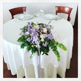 Tavolo sposi con fiori lilla
