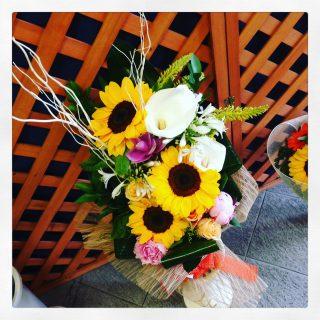 mazzo di fiori con girasoli e peonie