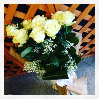 mazzo di rose bianche per anniversario di matrimonio
