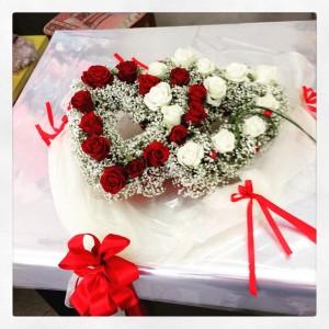 centrotavola di rose bianco e rosse per tavolo sposi