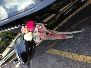 auto sposi con fiori tonalità di rosa