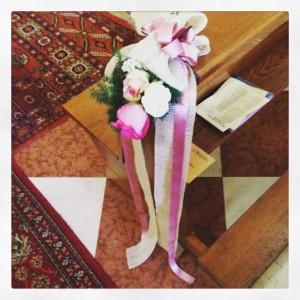 chiesa corsia di fiori tonalità rosa