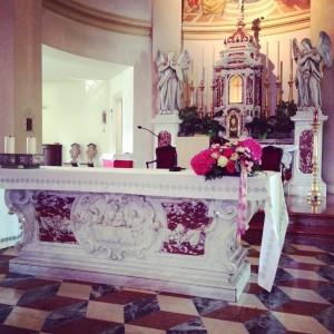 fiori chiesa a Padova con tonalità di rosa