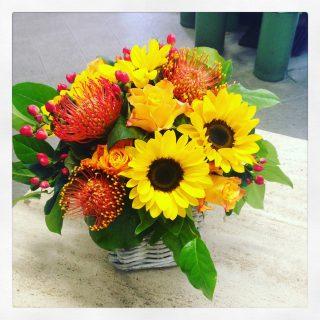 Cestino fiorito con Nutan, girasoli e rose