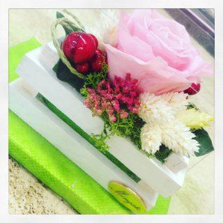 Una cassetta di legno con rosa stabilizzata, un'idea regalo anche come bomboniera