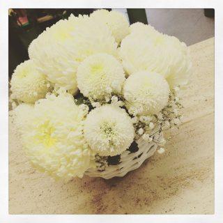 composizione con crisantemi non solo per la festa dei Santi