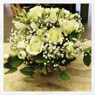 centrotavola con rose e lisianthus bianco