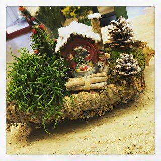 Composizione su base in sughero per decorare casa a Natale