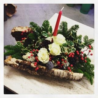 centrotavola natalizio con sughero, pino e rose bianche