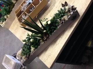 centrotavola con piante in cassetta di legno