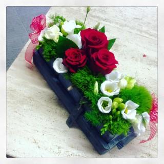 centrotavola imperiale con vassoio in legno rose e lisianthus