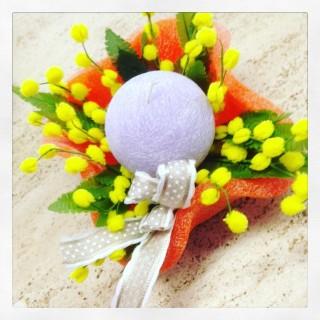 centrotavola con fiori candela e mimosa