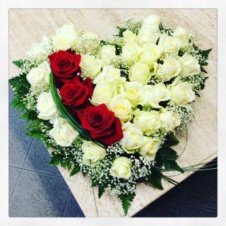 cuore di fiori con rose bianche e rosse