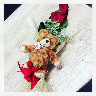 3 rose rosse e peluches