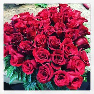 Cuore funebre di rose rosse