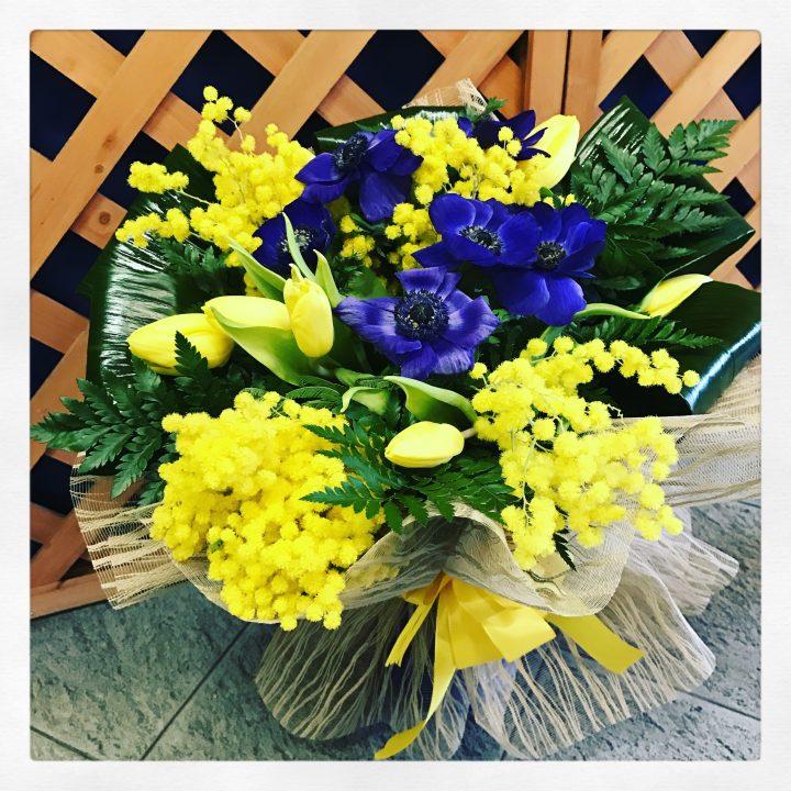 Bouquet con anemoni blu, tulipani gialli e mimosa