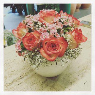 centrotavola con rose e dianthus per compleanno