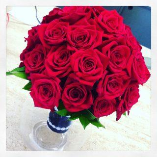 bouquet sposa rose rosse con chiusura nero