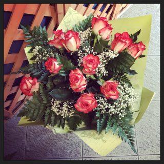 Orchidee Phalaenopsis in vaso o in altri contenitori, una pianta per un anniversario di matrimonio o un regalo per gli sposi.