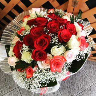 Composizione con rose colorate
