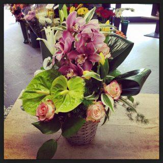 Centrotavola creativi con cestini di fiori.