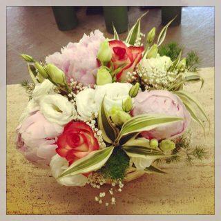 Centrotavola con peonia ed altri fiori