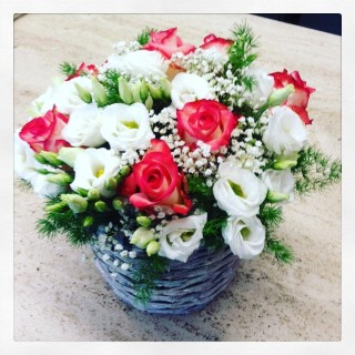 cestino fiori con lisianthus e rose