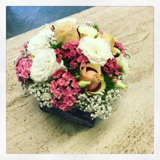 centrotavola di fiori in cestino stile boho