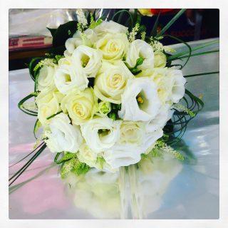bouquet sposa con rose e lisianthus