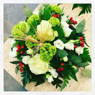 Composizione fiori per comunione e cresima